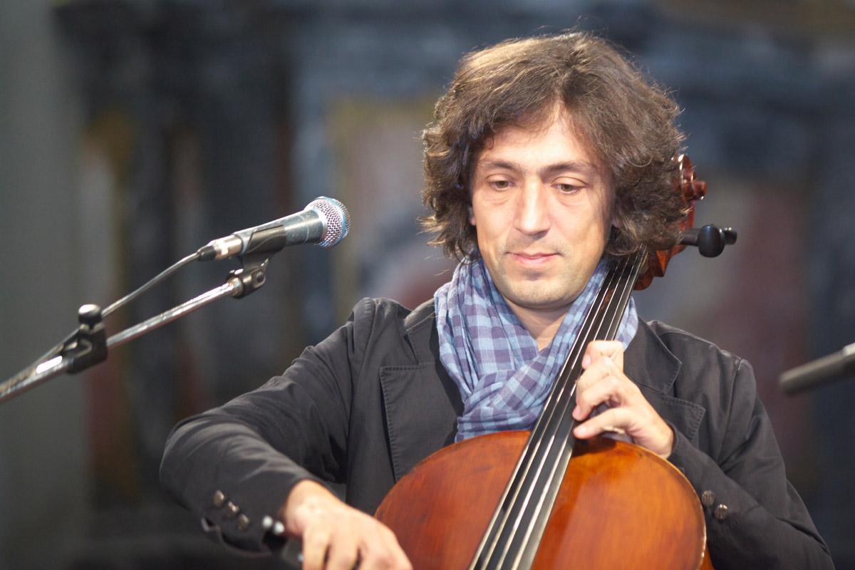 Американский виолончелист-виртуоз, продюсер и композитор Ян Максин возвращается в Литву