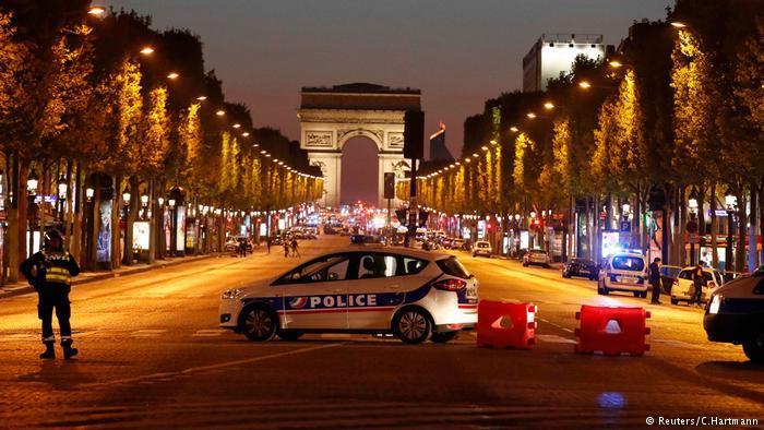 В центре Парижа неизвестные открыли огонь по полицейским