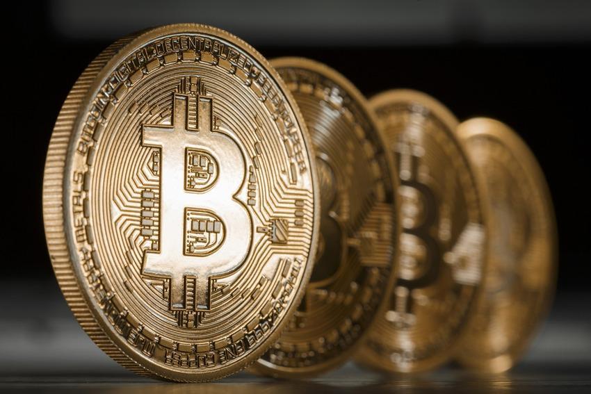 Курс биткоина обновил исторический максимум, поднявшись выше 2 тыс. долларов
