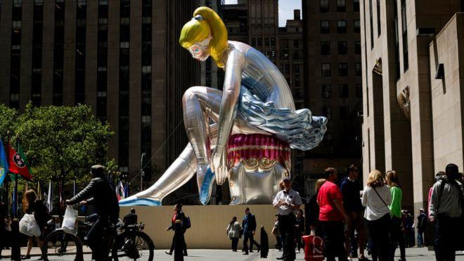 Надувная балерина в США оказалась копией украинской статуэтки