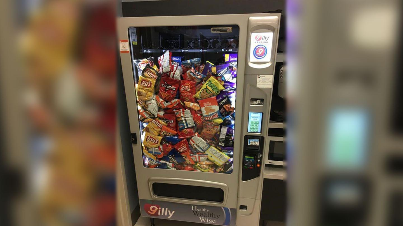 Психанул. Автомат с едой отдал сразу все продукты