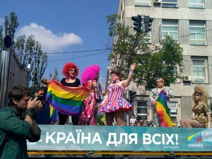 Начались столкновения сторонников и противников гей-парада в Киеве, слышны взрывы петард (видео)