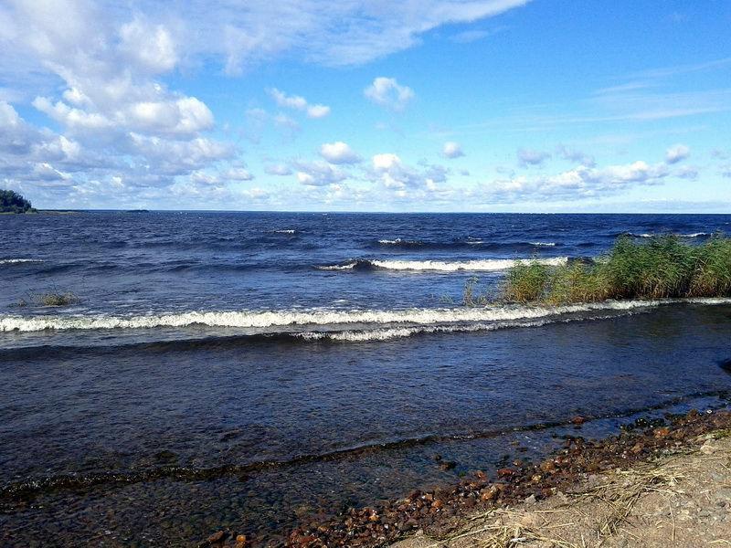На Ладожском озере идет операция по спасению троих детей