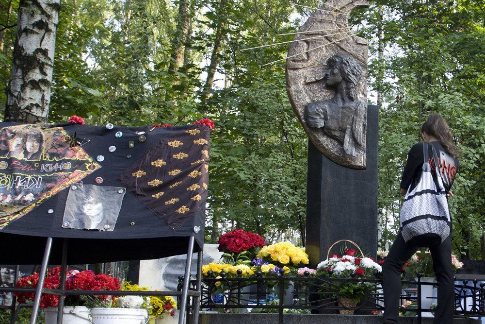 В Петербурге устроили разгром на могиле Цоя
