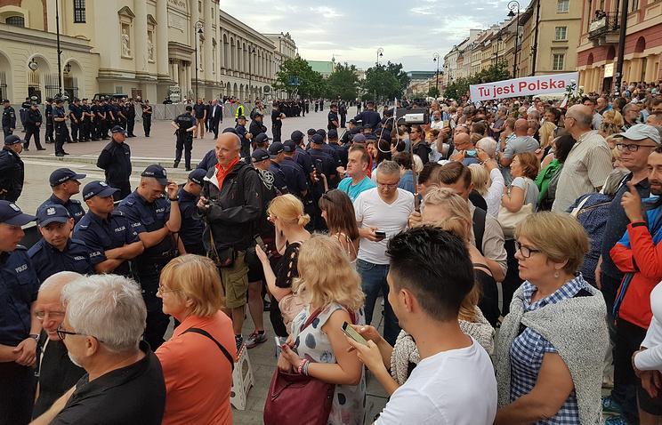 В Варшаве несколько тысяч человек принимают участие в антиправительственной демонстрации