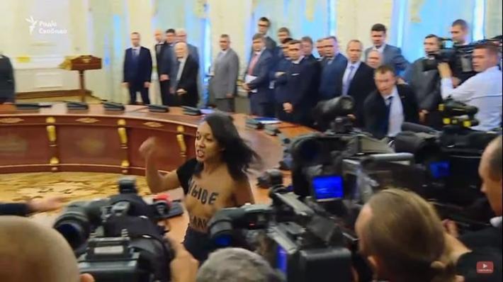 Украинка бросилась на Лукашенко с обнаженной грудью (видео)