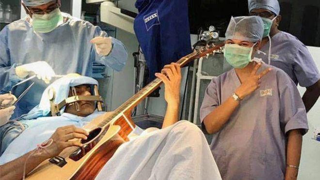 Индиец сыграл на гитаре во время операции на мозге