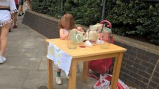 В Лондоне пятилетнюю девочку оштрафовали за торговлю лимонадом