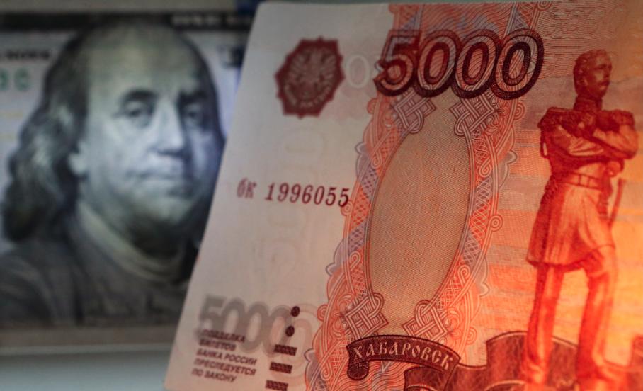 Биржевой курс доллара опустился ниже 57 руб. впервый раз с14июня