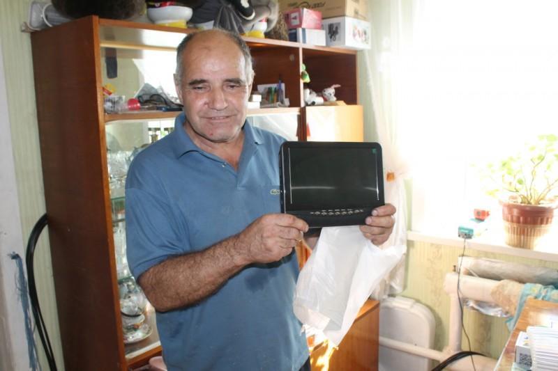 Чиновники фонда соцстраха подарили телевизор слепому
