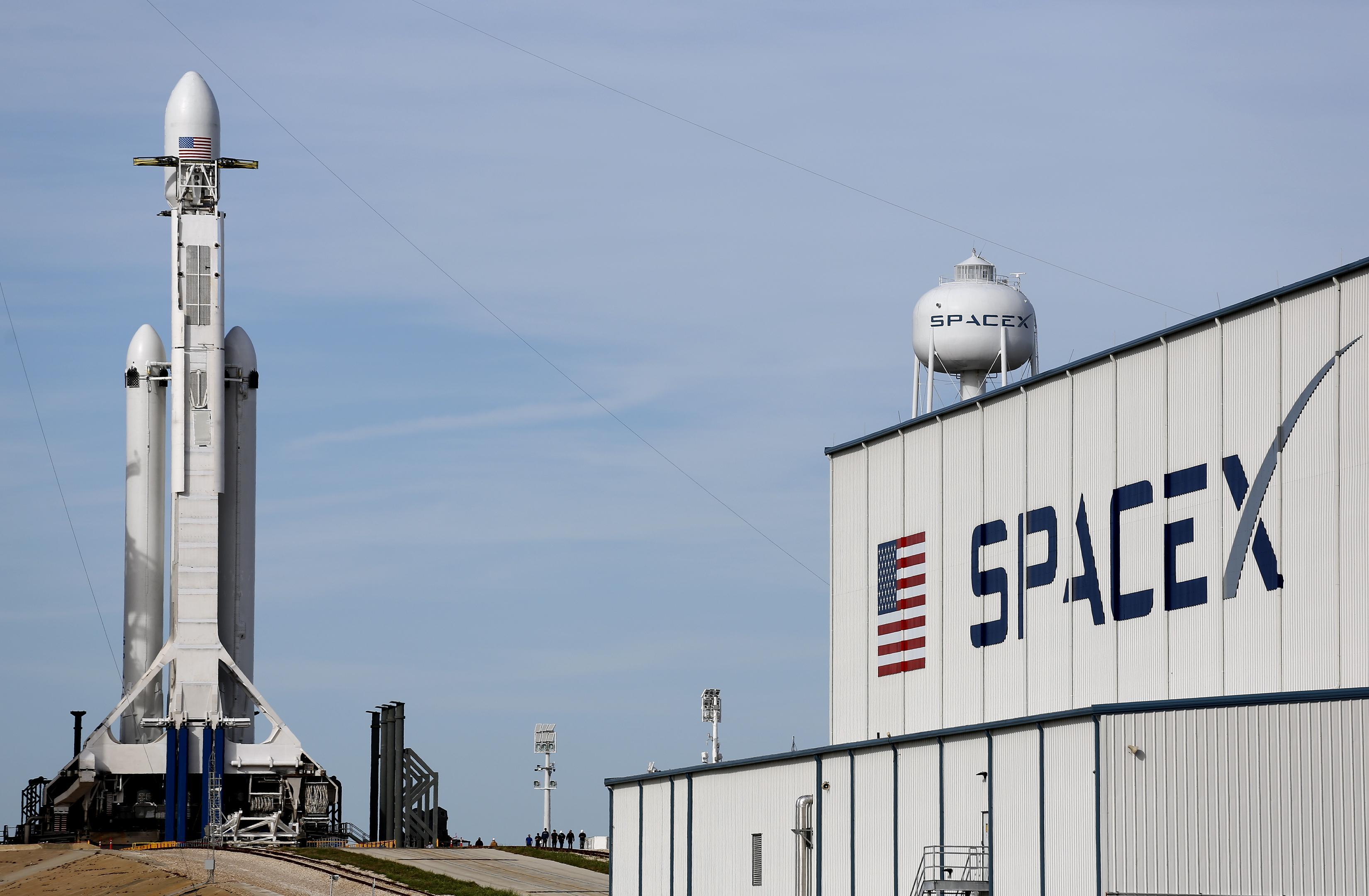SpaceX Илона Маска запустила Falcon Heavy к орбите Марса