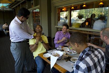 Чернокожий повар решил брать с белых гостей плату за расовое неравенство
