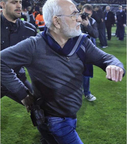 В Греции хозяин футбольной команды ПАОК прервал матч и выскочил на поле с пистолетом