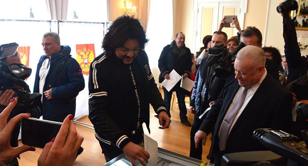 Филипп Киркоров в Вильнюсе проголосовал на выборах президента РФ /добавлено видео/