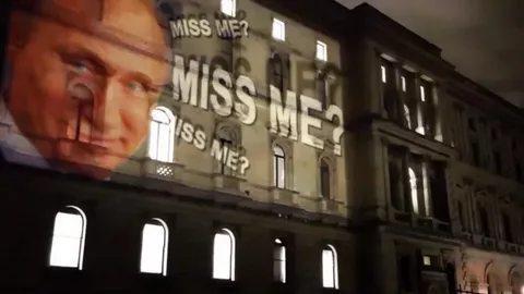«Соскучились?»: англичан потроллили проекцией Путина на здании МИД Великобритании