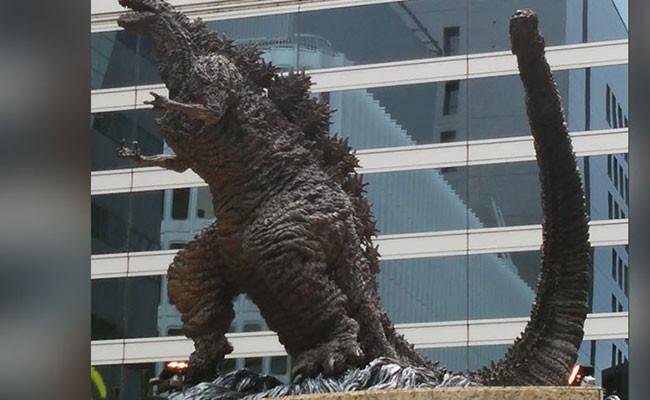 В Токио поставили трехметровый памятник Годзилле
